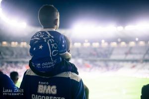 Fabiano e o filho mais novo no colo ontem, por Lucas Bois